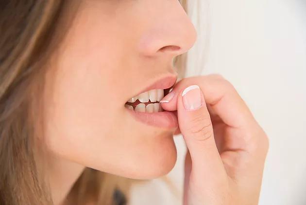 Onicofagia, el mal hábito de morderse las uñas.