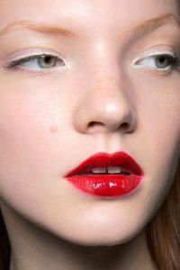 delineador-blanco-y-labios-rojos